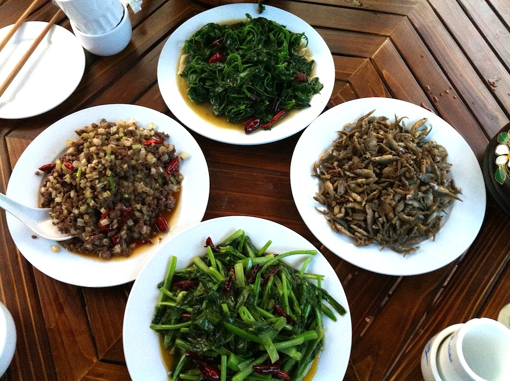 Stir-fried greens, stir-fried beef, deep-fried river fish.